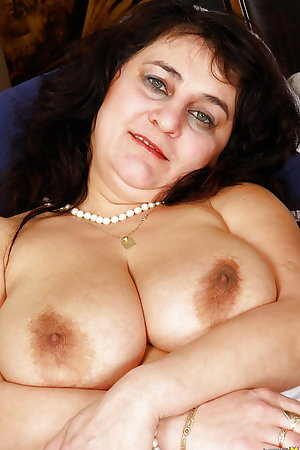 Big saggy tits and decrepit ass of old mature mom