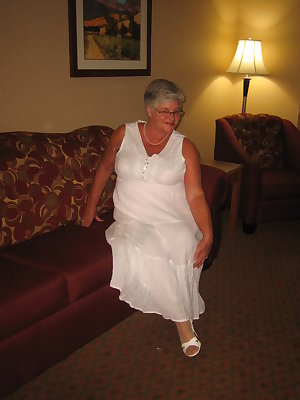 Girdlegoddess in a pretty white dress. Cum see what treasures are hiding under that sexy womans dress.